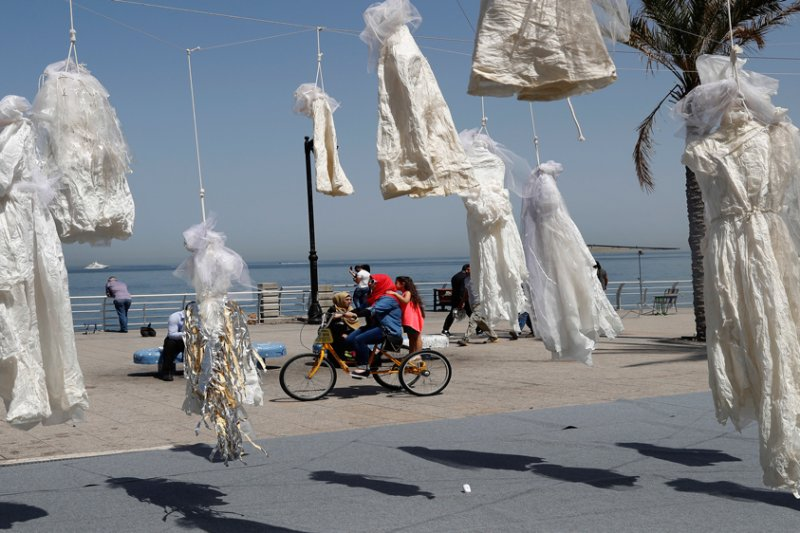 今年4月,「阿巴德」在黎巴嫩首都貝魯特海岸以繩索懸掛數十件白紗,抗議「強暴犯娶被害者就能免罪」的惡法(AP)