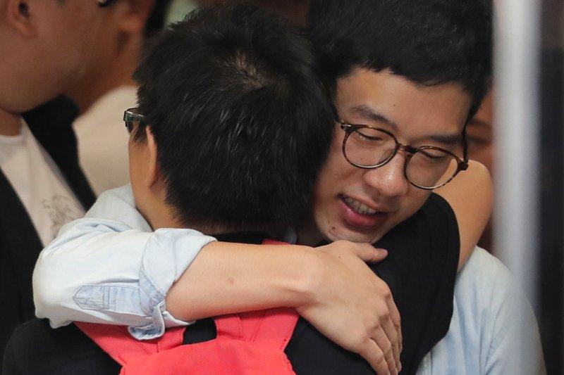 香港「雙學三子」羅冠聰(右)、黃之鋒與周永康3年前發起衝擊「公民廣場」,開啟雨傘運動。2017年8月17日,3人遭判刑入獄,黃之鋒半年、羅冠聰8個月、周永康7個月。(AP)