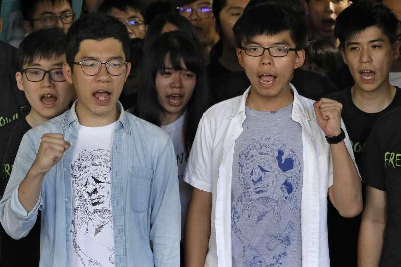 香港「雙學三子」黃之鋒(右)、羅冠聰(左)及周永康3年前發起衝擊「公民廣場」,開啟雨傘運動。2017年8月17日,3人遭判刑入獄,黃之鋒半年、羅冠聰8個月、周永康7個月。(AP)