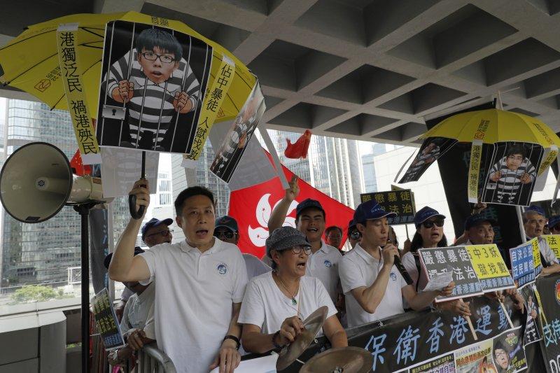 香港「雙學三子」黃之鋒、羅冠聰及周永康3年前發起衝擊「公民廣場」,開啟雨傘運動。2017年8月17日,3人遭判刑入獄,黃之鋒半年、羅冠聰8個月、周永康7個月。(AP)