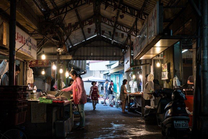 昏暗的市場,購買食材的人們。(圖/flickr@billy1125)
