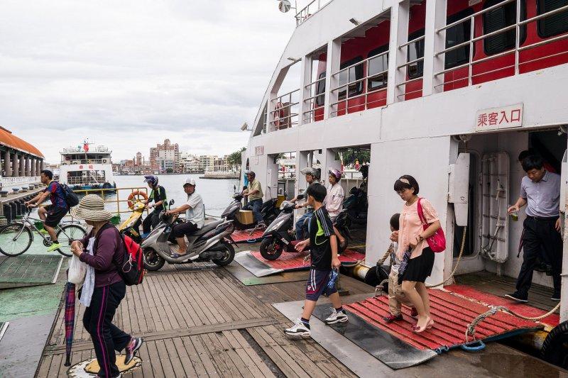 搭乘完渡輪的人們、腳踏車、摩托車,準備前往下一個目的地。(圖/flickr@billy1125)
