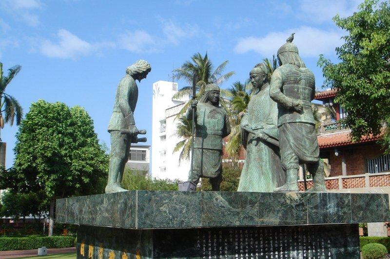 赤崁樓內荷蘭人向鄭成功投降的塑像。(取自維基百科)