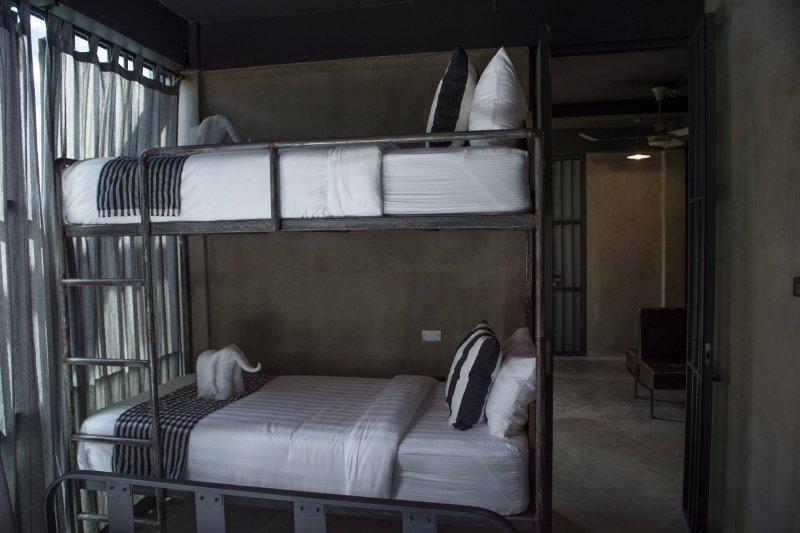 泰國曼谷的蘇克站青旅(Sook Station Hostel)打造監獄主題的住宿環境,吸引想嚐鮮的旅客(取自Sook Station Hostel官方臉書)