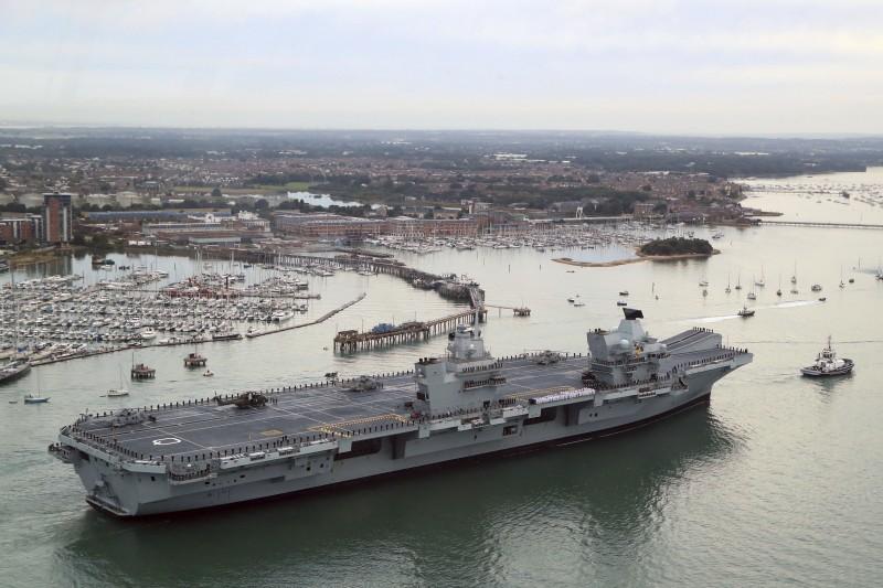英國最新航空母艦「伊莉莎白女王號」16日時首度停在母港樸茨茅斯。(美聯社)