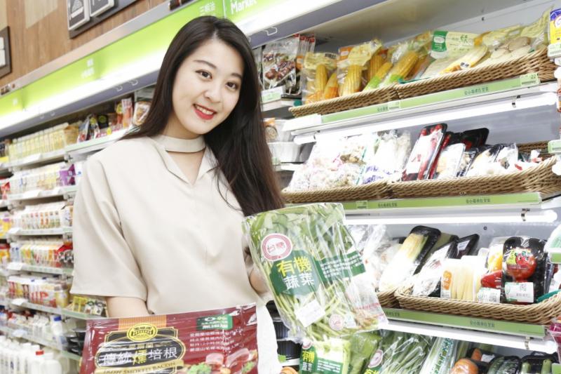 全家的新店型設計宛如一個小型超市,可以採購多種鮮食、蔬果和冷凍食品等等。(圖/侯俊偉攝影,數位時代提供)