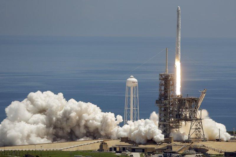美國太空探索技術公司(SpaceX)的「天龍號」(Dragon)8月14日從佛羅里達州卡納維拉角(Cape Canaveral)隨著「獵鷹9號」(Falcon 9)火箭發射升空(AP)