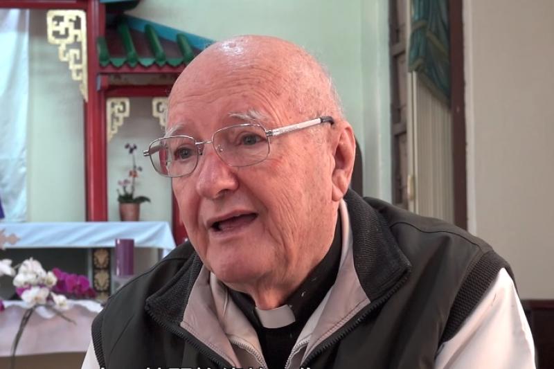 這些遠渡重洋踏上寶島的外國神父們,將自己的青春奉獻給異鄉,他們比台灣人更愛台灣的精神,值得我們學習。(圖/取自youtube)