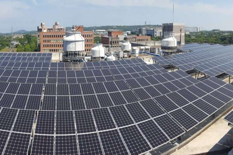 經濟部今25日報告「綠能屋頂全民參與」行動方案,但行政院長賴清德對目前20瓩以下小型屋頂型太陽能板補助並不滿意,因此要求經濟部1個禮拜內研擬相關補助計畫。圖為太陽能板示意圖。(資料照,宏碁集團提供)