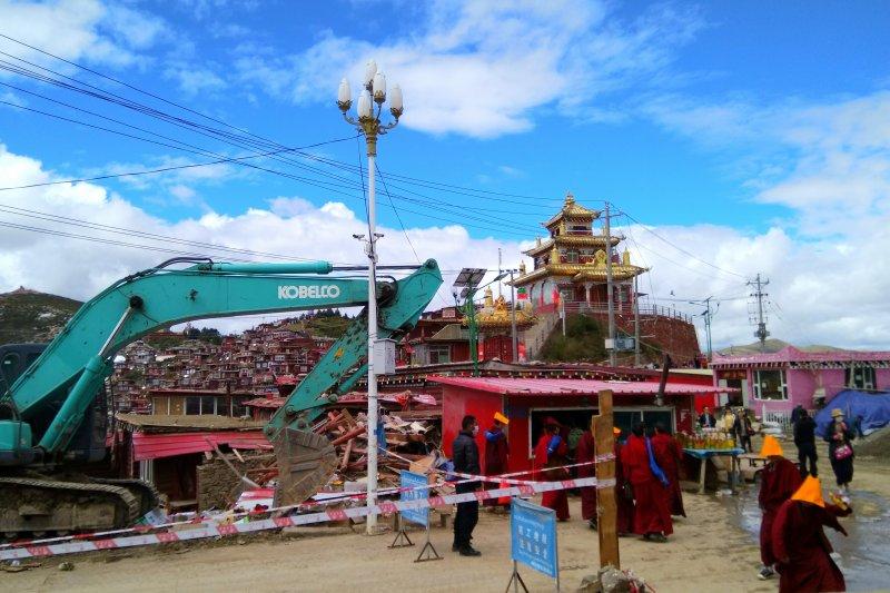 2016年,強拆中的著名色達五明佛學院。據報中國當局試圖降低來此學習的藏人和漢人的人數。(Freedom House)