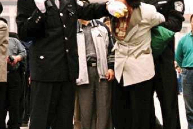 一位法輪功學員在北京天安門被抓捕(ClearWisdom.net@Wikipedia / CC BY-SA 3.0)
