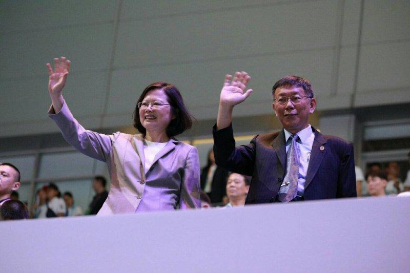 根據週刊報導,指世大運開幕時,台北市長柯文哲(右)癱軟在旁,今天民進黨中執會前,蔡英文也頻對黨內澄清,「沒這件事、沒這件事!」(資料照,台北市政府提供)