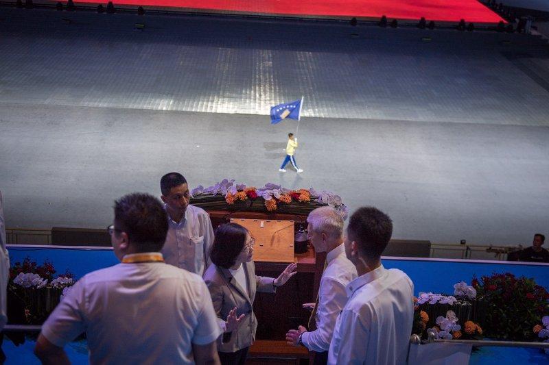 反年改突破世大運維安動線,蔡英文總統在開幕典禮貴賓區緊急聯絡國安系統,並親自向國際大學運動總會(FISU)主席Oleg Matytsingin說明(開幕典禮觀眾提供)