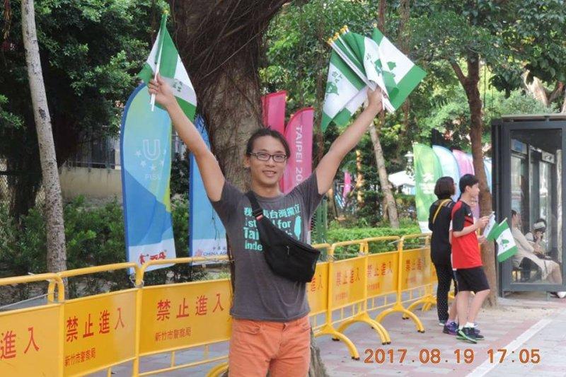 陳儀庭表示,他19日是去發台灣國旗的,並未帶煙霧彈,更不可能丟煙霧彈阻撓選手進場。(陳儀庭臉書)