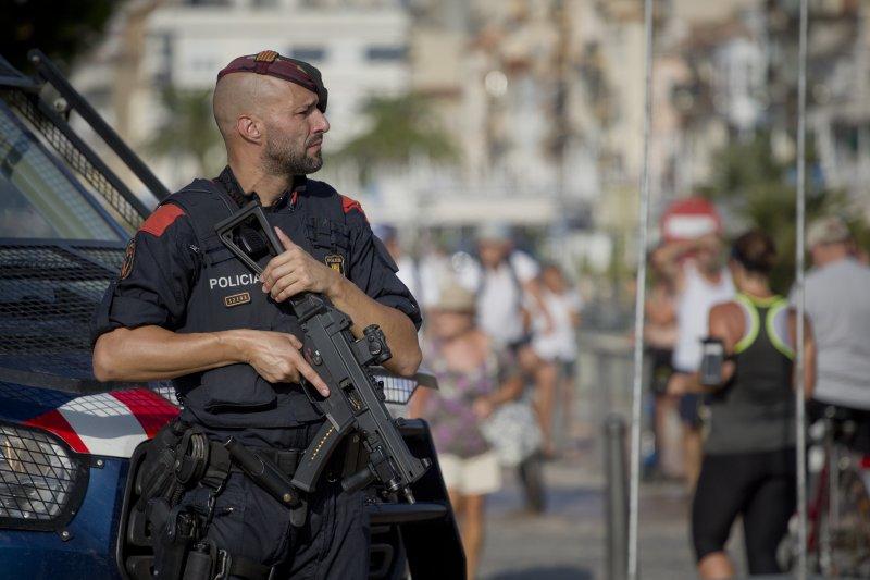 西班牙與芬蘭接連發生恐攻,凶嫌還都是摩洛哥裔,圖為在街頭巡視的西班牙武裝警察(AP)