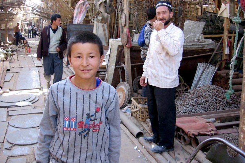 新疆維吾爾族兒童與男子。(Colegota@wikipediaCCBYSA2.5)