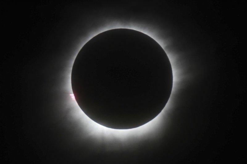 99年來首度橫跨北美洲的「日全蝕」在北美當地時間21日登場,當天同時也是中美兩國法定的父親節。(AP)