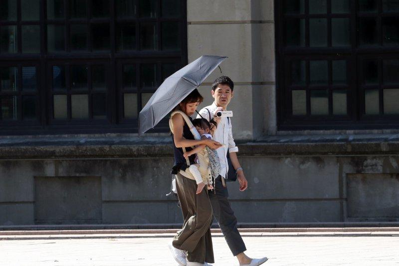 20170820-風數據男女同工不同酬專題,夫妻帶小孩。(蘇仲泓攝)