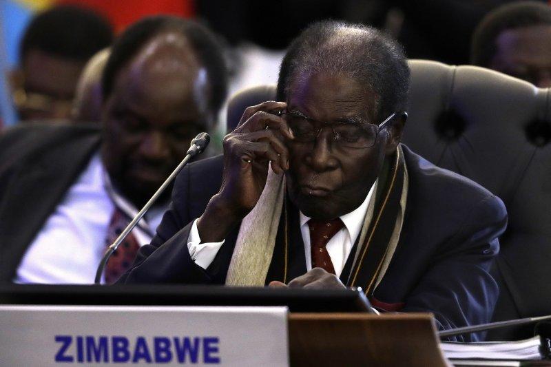 辛巴威總統穆加比飛往南非營救愛妻。(美聯社)