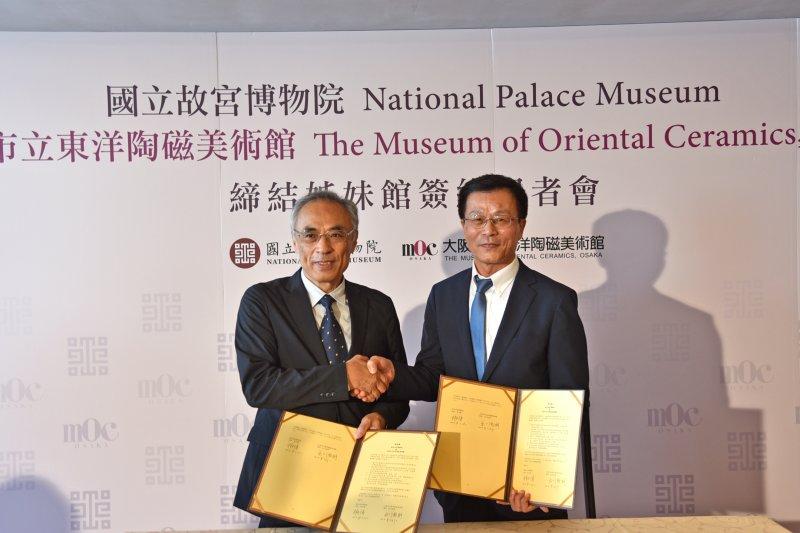 故宮博物院院長林正儀(右)與東洋陶磁美術館館長出川哲朗(左)於21日簽訂合作備忘錄,正式簽約締結為姐妹館。(故宮提供)