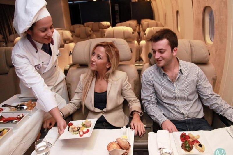 許多人搭機最期待的就是飛機餐,這4家飛機餐豪華到令人不可置信。(圖/食力提供)