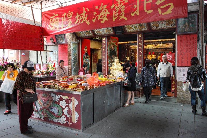 本應神聖且莊嚴的宮廟,近年來走向「商業化」,推出各種客製化商品只為爭取更多信眾...(圖/MiNe@flickr)