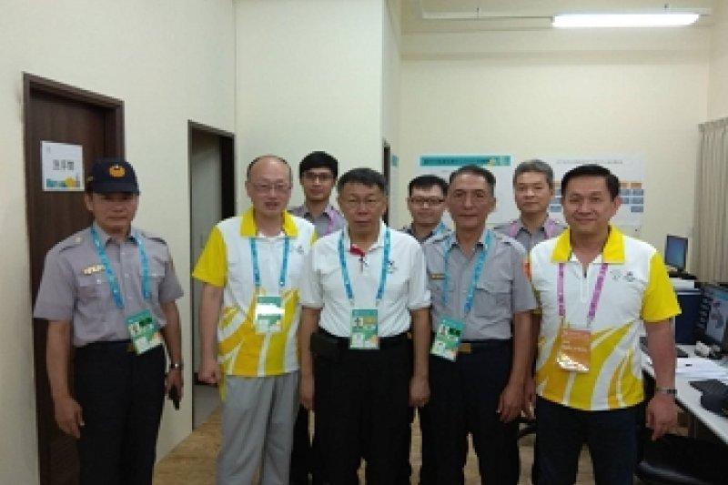 台北市長柯文哲有感於選手村警察辛勞,今(21)日特地前往選手村慰勉。(台北市政府提供)