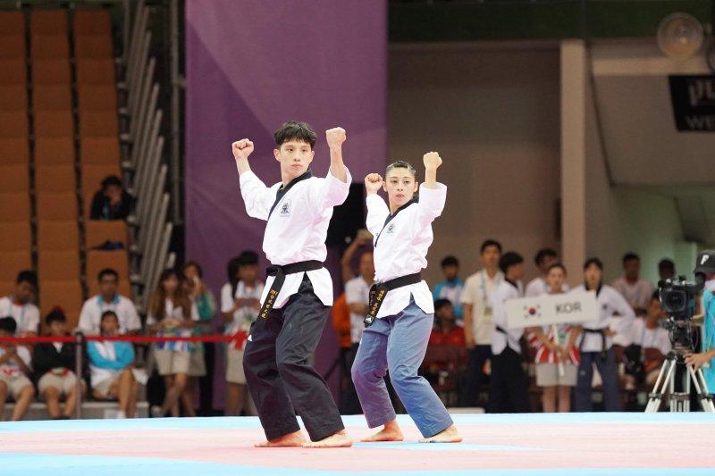 世大運跆拳道品勢混雙由李晟綱(左)和蘇佳恩(右)奪得金牌,光是跆拳道品勢項目中華隊就獲得一金三銀一銅。(大專體總提供)