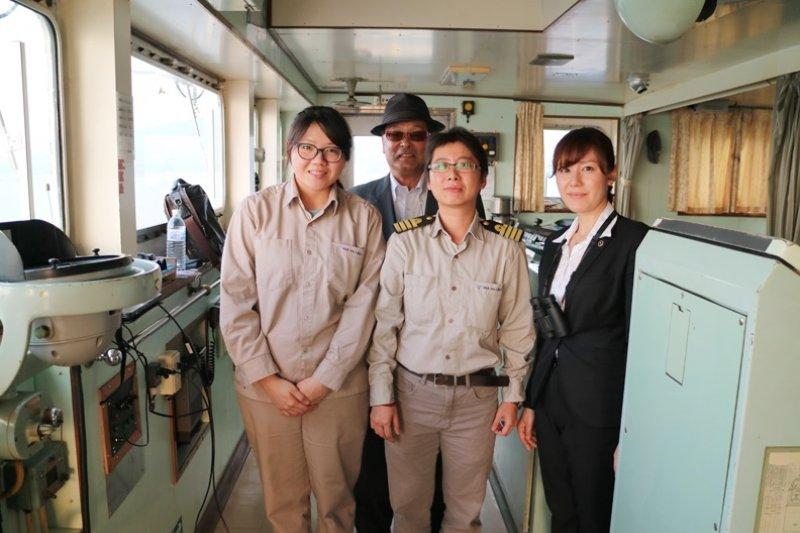 台灣首位女性領港黃昭玲,靠超凡的毅力證明絕不只男生能做到!圖前排中為黃昭玲。(圖/黃昭玲、遠見雜誌提供)