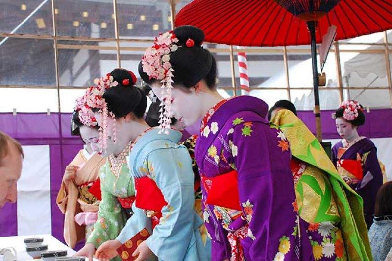 藝妓、舞技可說是日本的國寶,若在街道上遇到,有哪些禮儀應該注意!(圖/樂吃購!)