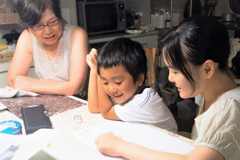 每天盯著孩子做功課,甚至陪他念書、幫他課前做筆記、課後複習,究竟誰才是學習的主角?(圖/Norihiro Kataoka@flickr)