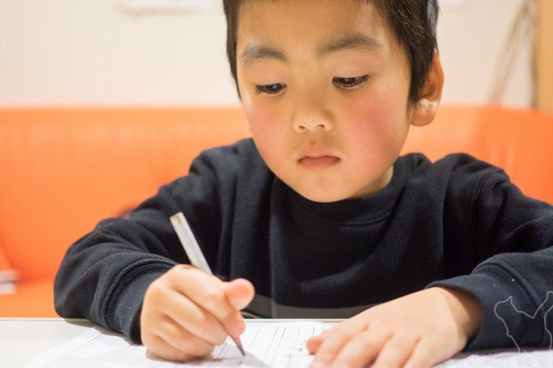 該盯緊孩子的功課嗎?怕他壓力大、又不希望他太散漫,該如何拿捏呢?(圖/Norihiro Kataoka@flickr)