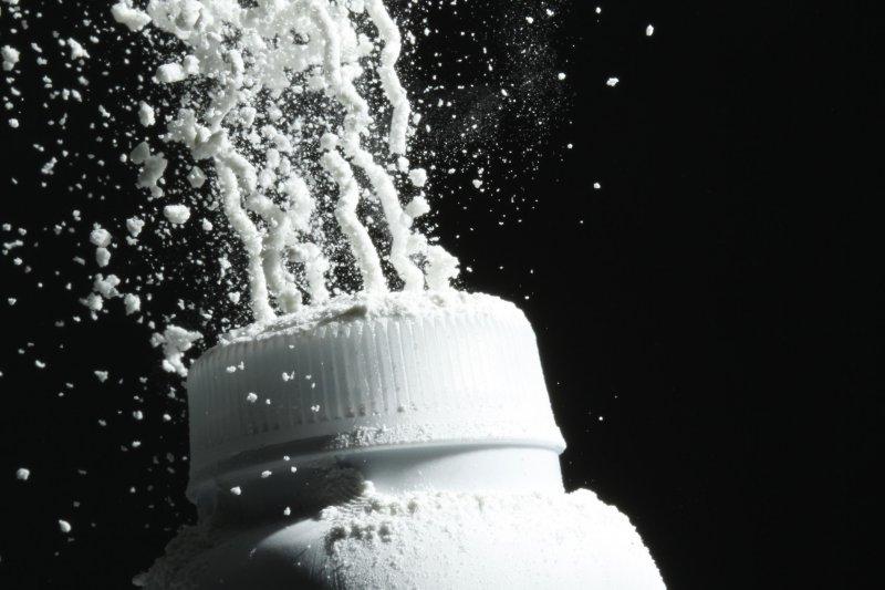 《路透》揭露,嬌生集團長期隱匿嬰兒爽身粉潛藏致癌物石棉。(美聯社)