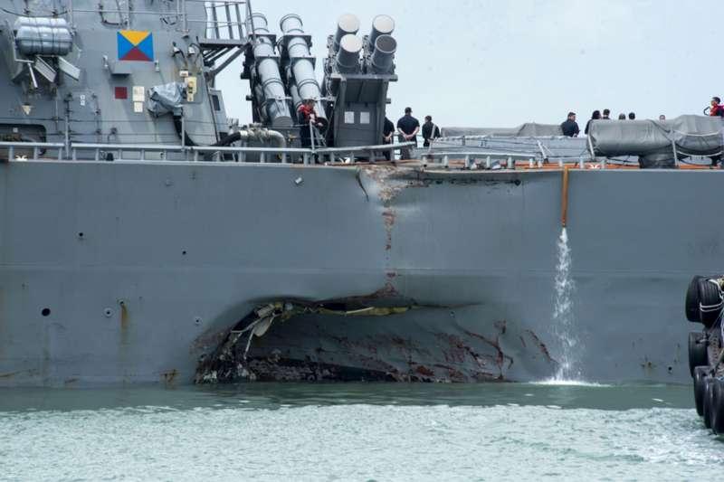 美國海軍馬侃號飛彈驅逐艦21日在新加坡外海發生撞船事件,左舷後方受損(AP)