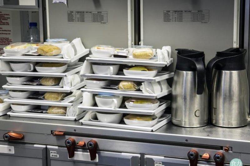 每當在高空中吃到熱騰騰的飛機餐,人們不免會對餐點的製作過程感到好奇。(圖/食力foodNEXT提供)