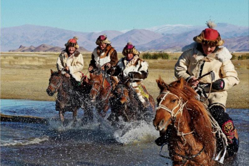 從飲酒文化可以看出不同民族的性情,蒙古人喝酒也如同他們給人的印象般豪氣千雲。(圖/網路與書出版提供)