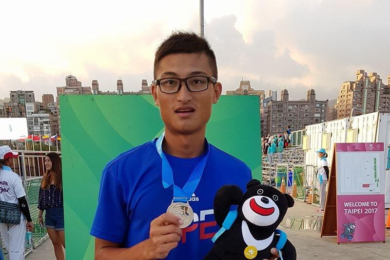 台灣滑輪溜冰好手柯福軒再度摘銀!柯福軒22日上午於男子1萬5000公尺淘汰賽中,以24分09秒763的成績拿下銀牌。(取自柯福軒臉書)