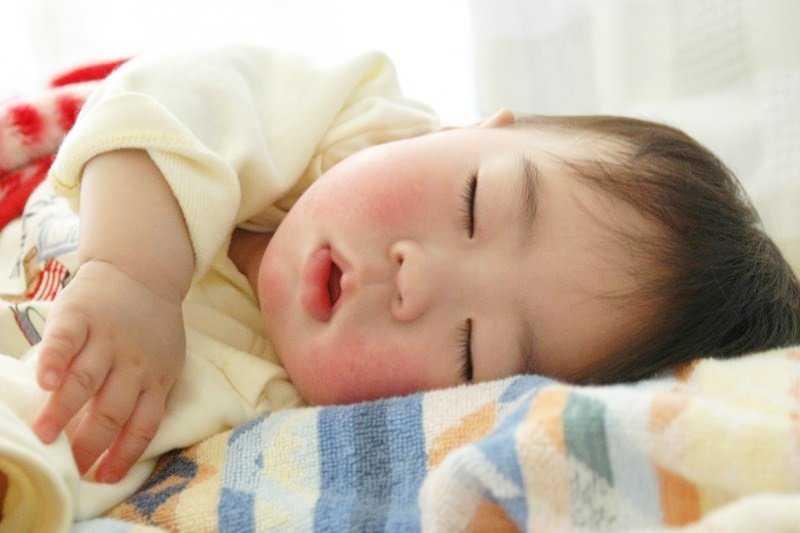 德國人相信,幼童在七歲前養成晚上七點上床睡覺的習慣,對孩子的大腦發育及免疫力都相當重要。(示意圖非本人/MinoyuNitta@flickr)