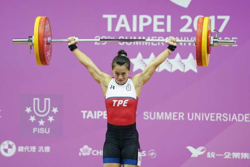 阿美族的郭婞淳於世大運舉重挺舉以142公斤創下世界紀錄勇奪金牌,這一幕讓全台灣人民感動不已。(圖/取自總統蔡英文臉書)