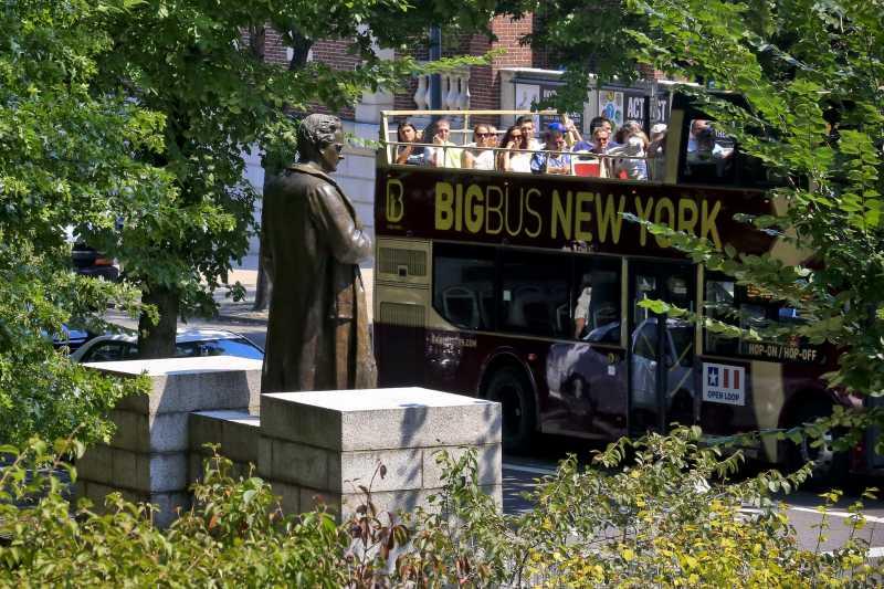 一輛觀光巴士經過希姆斯的雕像(AP)