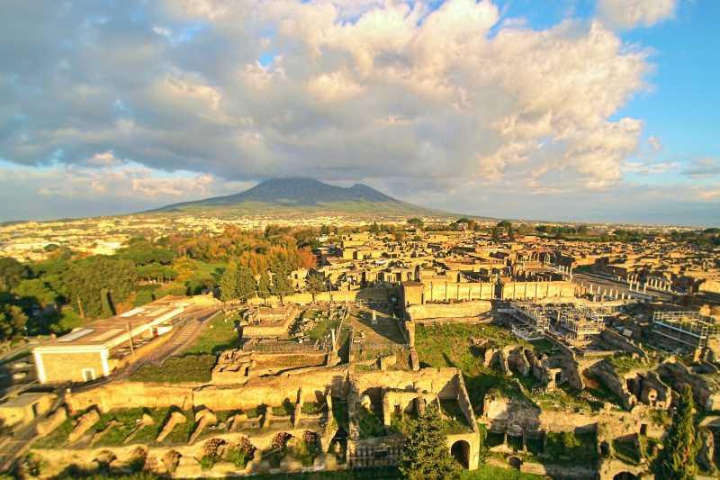 俯瞰龐貝古城遺跡,背景為維蘇威火山(ElfQrin@Wikipedia/CC BY-SA 4.0)