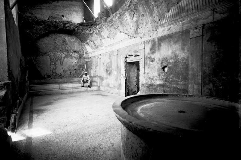 龐貝古城公共浴室的一景,攝於1895年(Wikipedia/Public Domain)