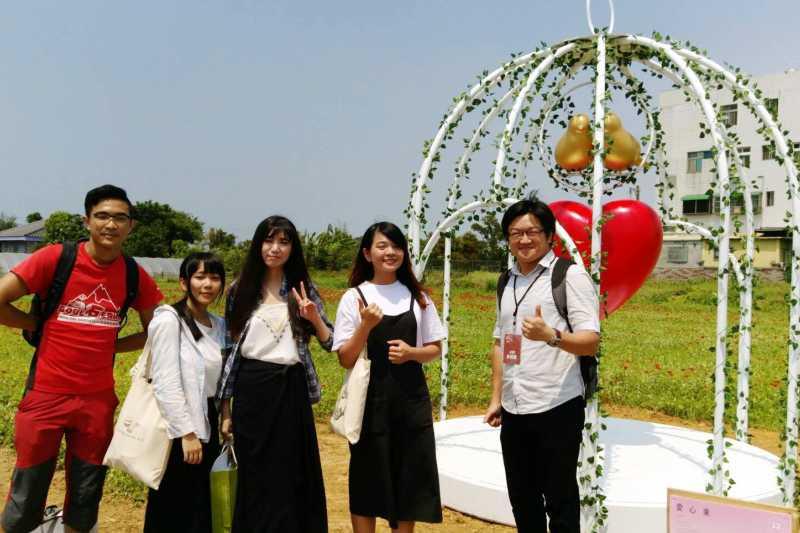 龍華科大文創系師生在2017桃園地景藝術節作品「愛心束」。(圖/龍華科大提供)