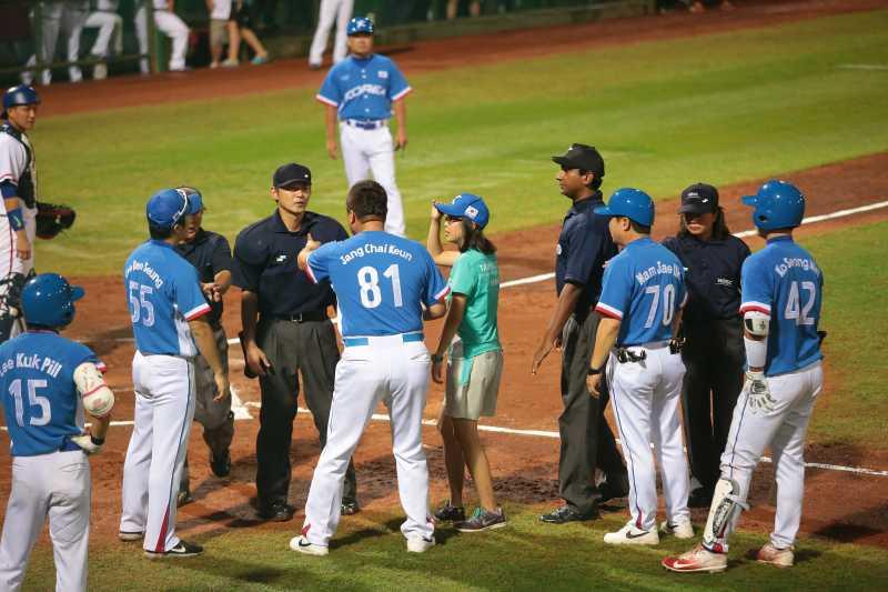 20170823-世大運棒球23日晚間於天母棒球場上演中韓大戰,圖為韓國隊總教練上前與主審爭論。(顏麟宇攝)