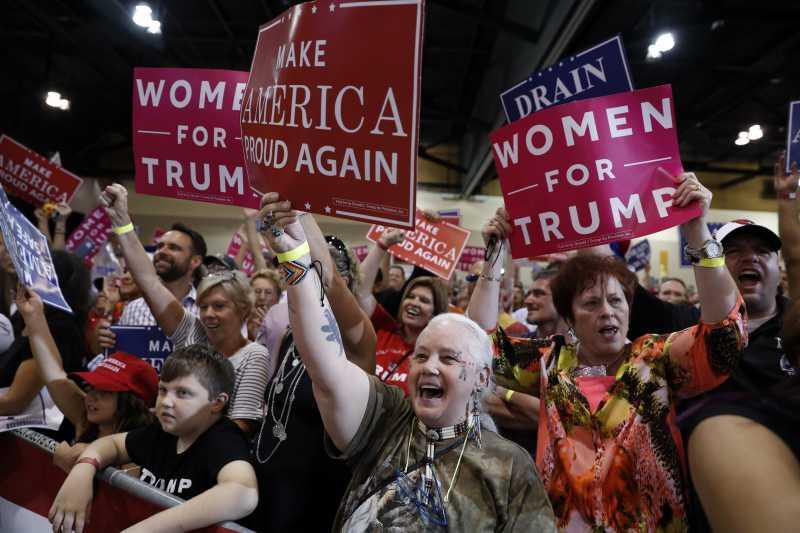 川普22日在亞利桑納州鳳凰城對支持者演講。(美聯社)