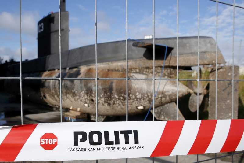 「鸚鵡螺號」被打撈上岸後,停放在哥本哈根的港口(AP)