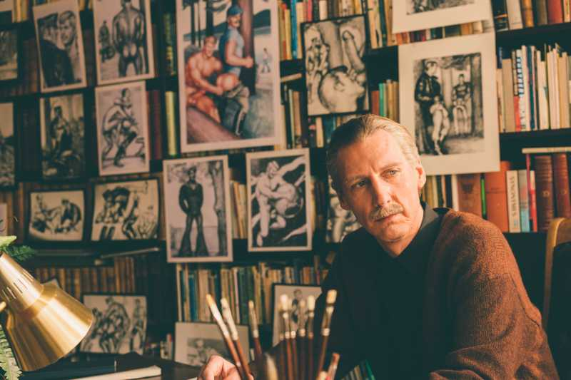從默默無名的地下畫家到芬蘭國寶,芬蘭湯姆的插畫鼓勵了全球無數同性戀,讓他們知道自己並不孤單,也無須感到羞恥。(圖 / 聯影電影提供)