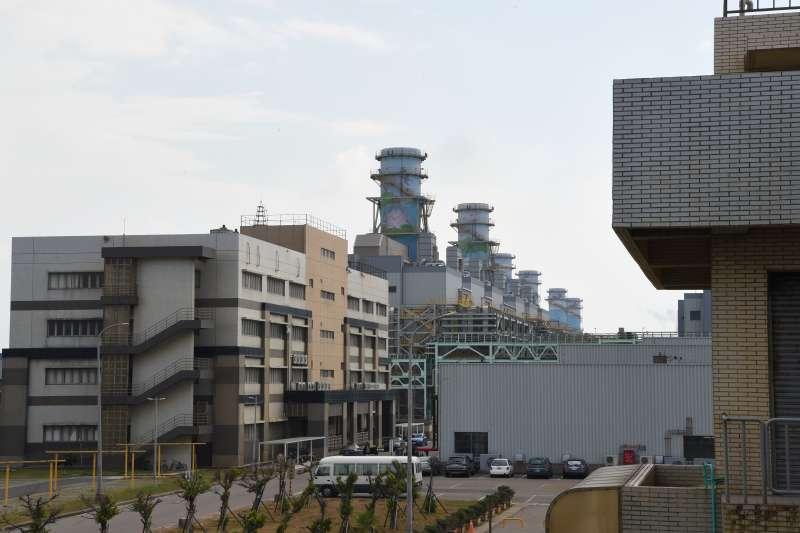 20170824-行政院24日前往大潭電廠現地實勘,並表示針對關鍵性維修、施工等管理介面應加強橫向聯繫,避免再次發生疏失。。(行政院提供)