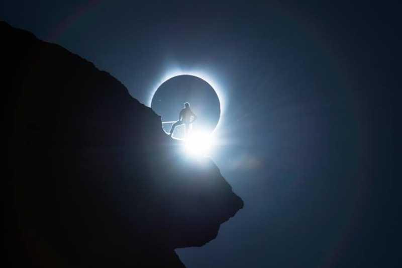 攝影師海瑟爾(Ted Hesser)精心策畫,捕捉到日全食震撼人心的精采瞬間。(圖 / 取自Ted Hesser粉絲專頁)