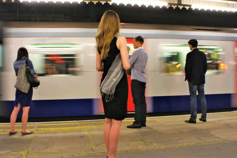 許多國家都設立女性專屬車廂希望保護女性安危,然而英國女權團體卻認為,設立女性車廂並沒有解決根本問題,只是再縱容加害者。(圖/Yukiko Matsuoka@flickr)